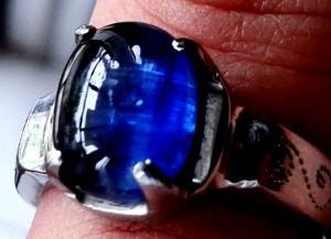 cincin yang di foto atau gambar diatas adalah batu blue safir